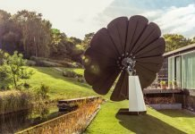 SmartFlower-Portable-Solar-Panel-Tracks-Sun